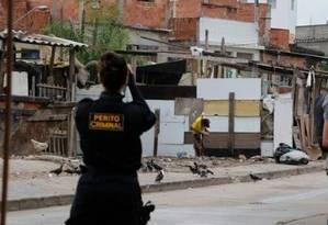 Perita da DH fotografa a torre da Cidade da Polícia na região onde as mortes aconteceram Foto: Domingos Peixoto