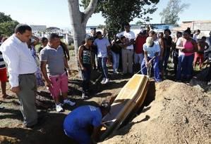 Na foto, parentes e amigos durante o enterro de Marcio Melanes Sabino, um dos mortos na ação Foto: Agência O Globo