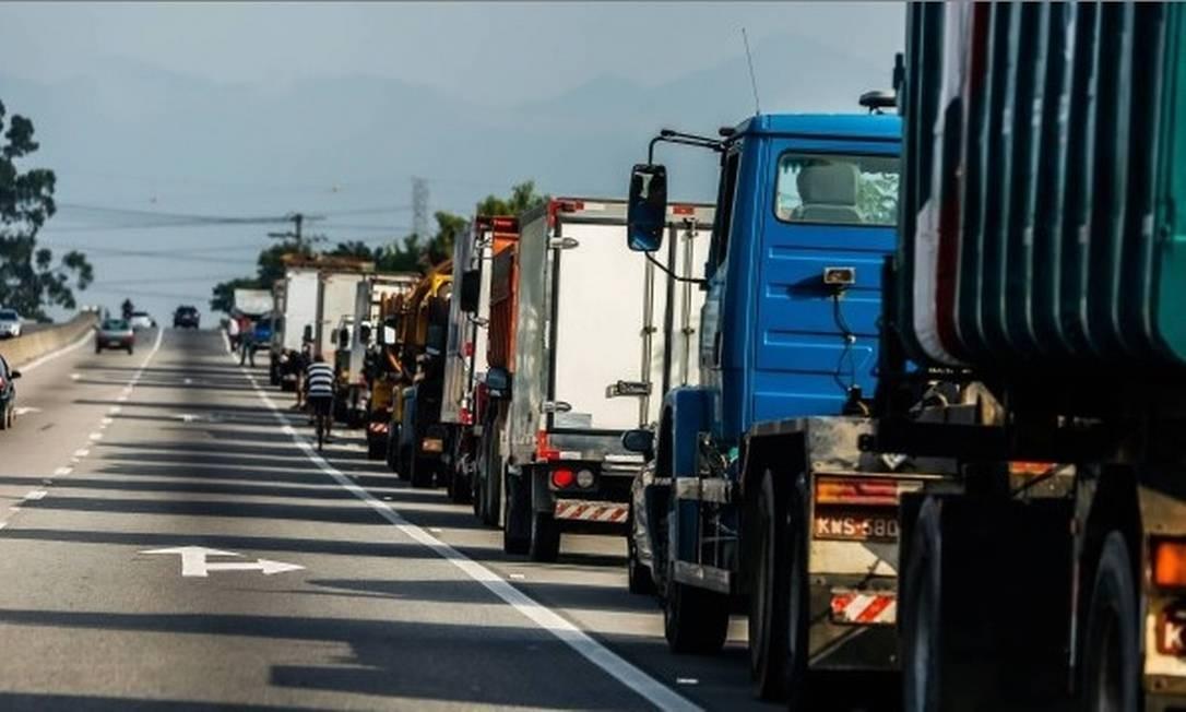Caminhoneiros fizeram greve por dez dias entre o fim de maio e começo de junho do ano passado Foto: Marcelo Régua - Agência O Globo