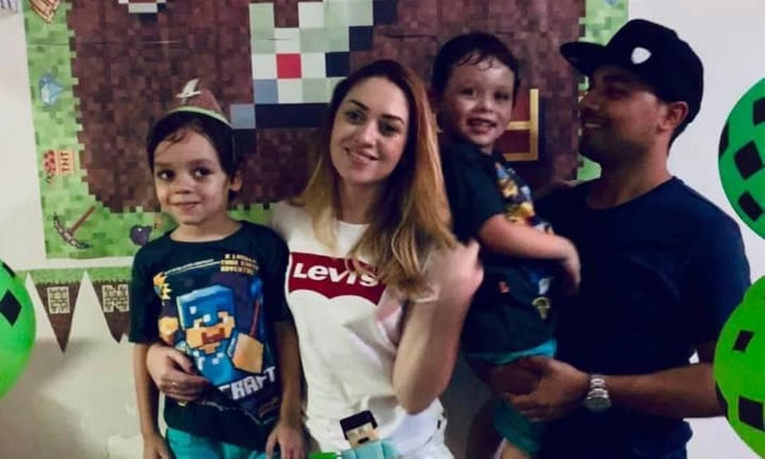 Jefferson Trajano, a mulher dele, Carla Batista, e os filhos do casal Enzo, de 5 anos e Arthur, de 4 Foto: Reprodução