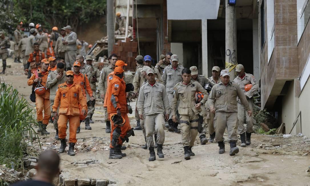 Movimentação de moradores, equipes de resgate e voluntários no condomínio da Muzema onde dois prédios desabaram na sexta-feira Foto: Gabriel Paiva / Gabriel Paiva