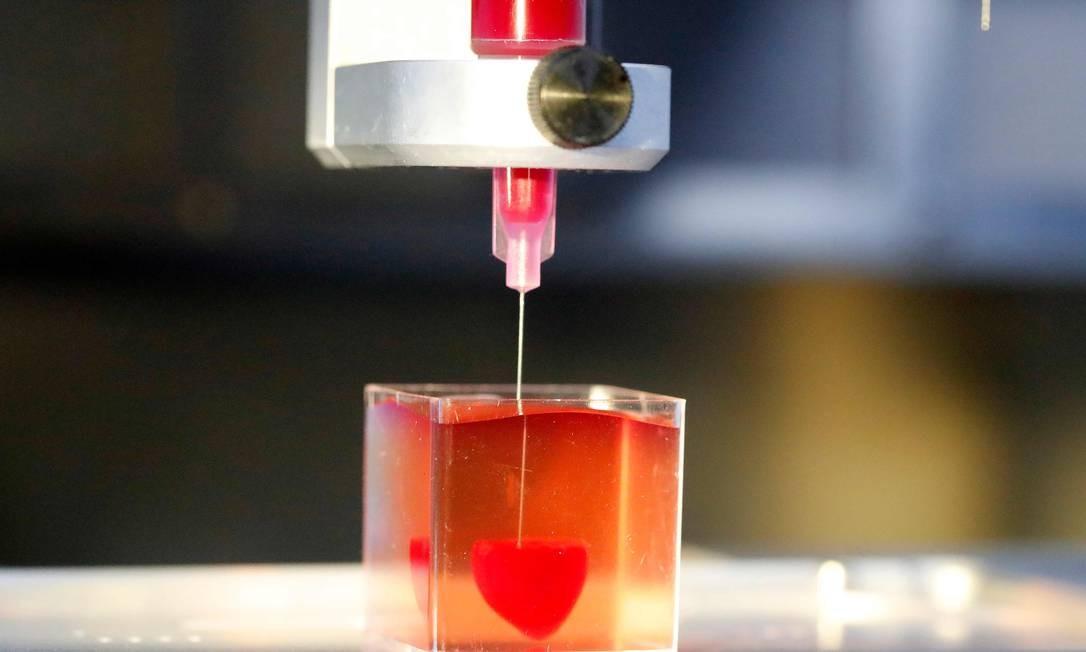 A impressora 3D cria o coração usando como matéria-prima células cardíacas humanas Foto: JACK GUEZ / AFP