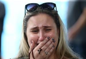 Gabriela Lima, irmã da Maria Fernanda chora durante o velório Foto: Guilherme Pinto / Agência O Globo