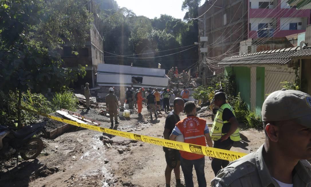 Bombeiros trabalham nos escombros do desabamento de dois prédios no bairro da Muzema Foto: Marcio Alves / Agência O Globo