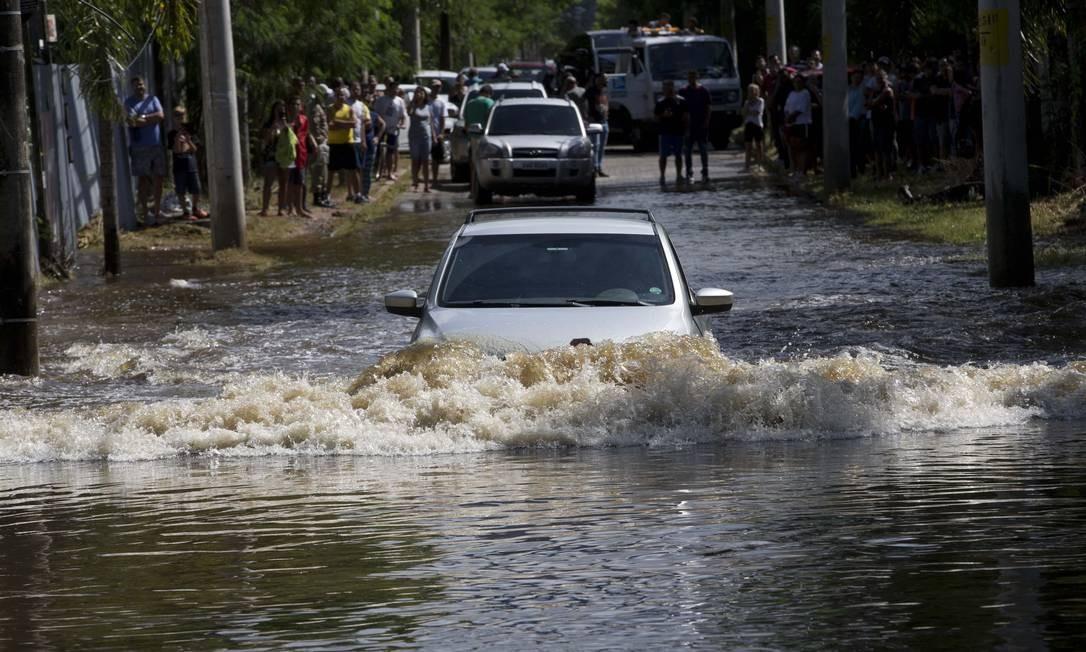 Carro enfrenta rua alagada no Recreio após temporal em 10/04/2019 Foto: Márcia Foletto / Agência O Globo