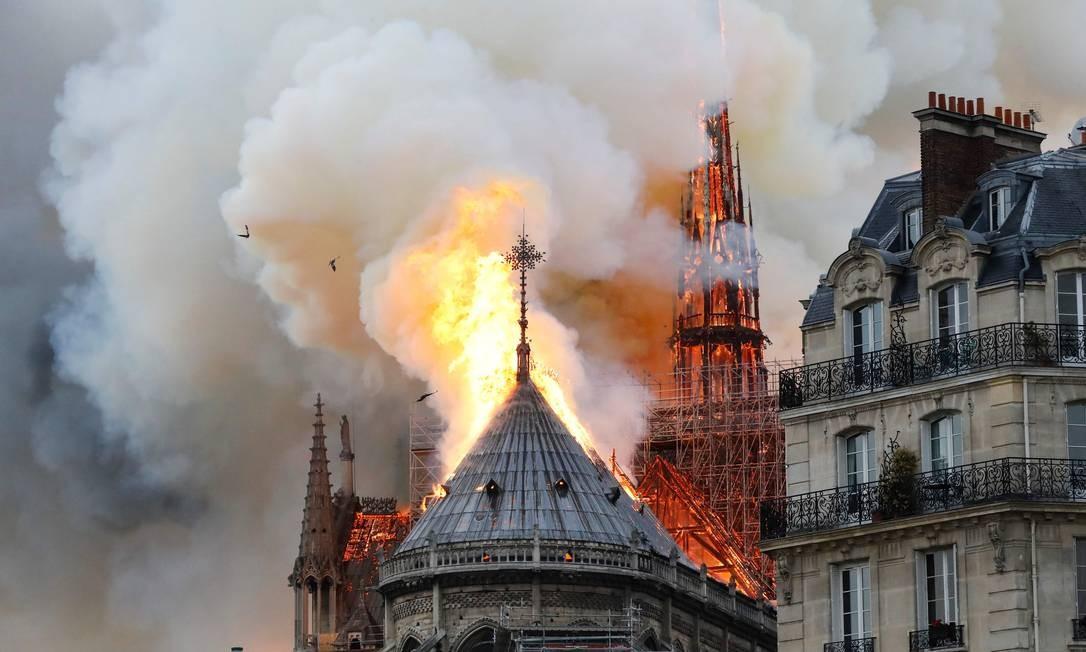 Resultado de imagem para incêndio atinge a catedral de Notre Dame