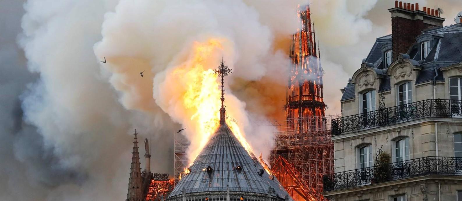 Fogo atinge o campanário da catedral de Notre Dame, em Paris Foto: FRANCOIS GUILLOT / AFP