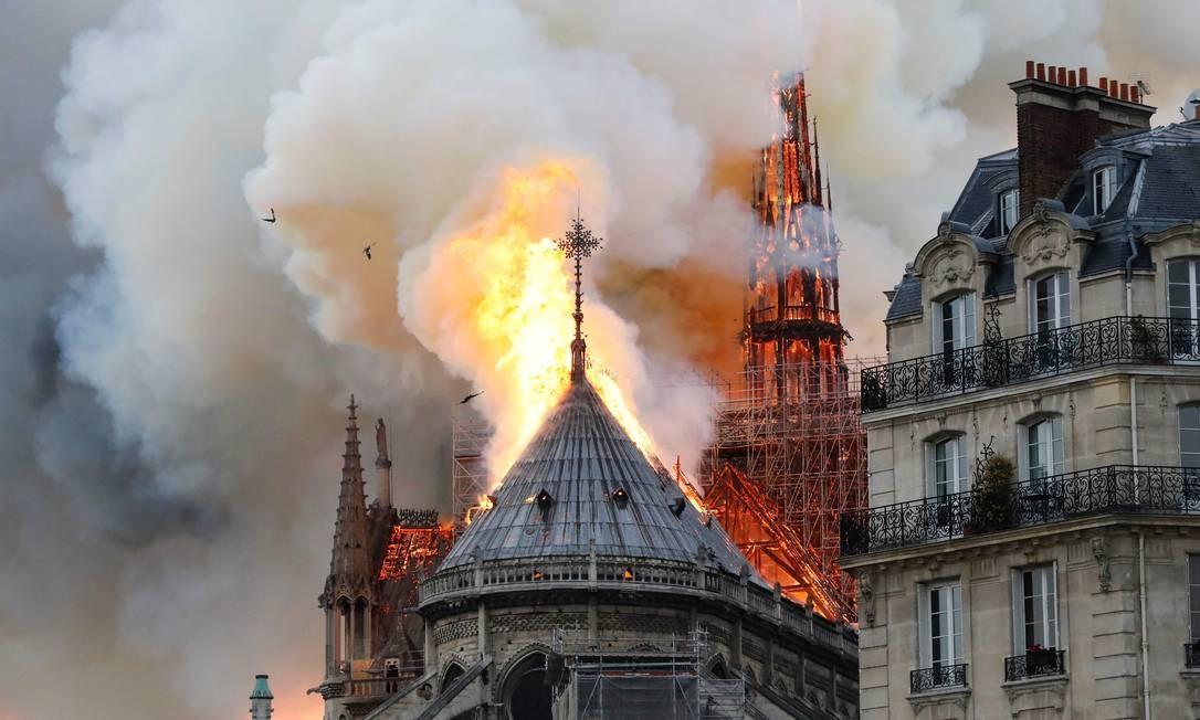 Segundo o corpo de bombeiros, o incêndio provavelmente está ligado a reformas do edifício que estão em curso Foto: FRANCOIS GUILLOT / AFP