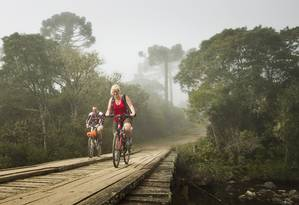 Turistas andam de bicicleta no Parque Nacional Aparados da Serra: ministério quer entregar unidade à iniciativa privada sem regularizar situação fundiária Foto: Guito Moreto / Agência O Globo/3-5-2013