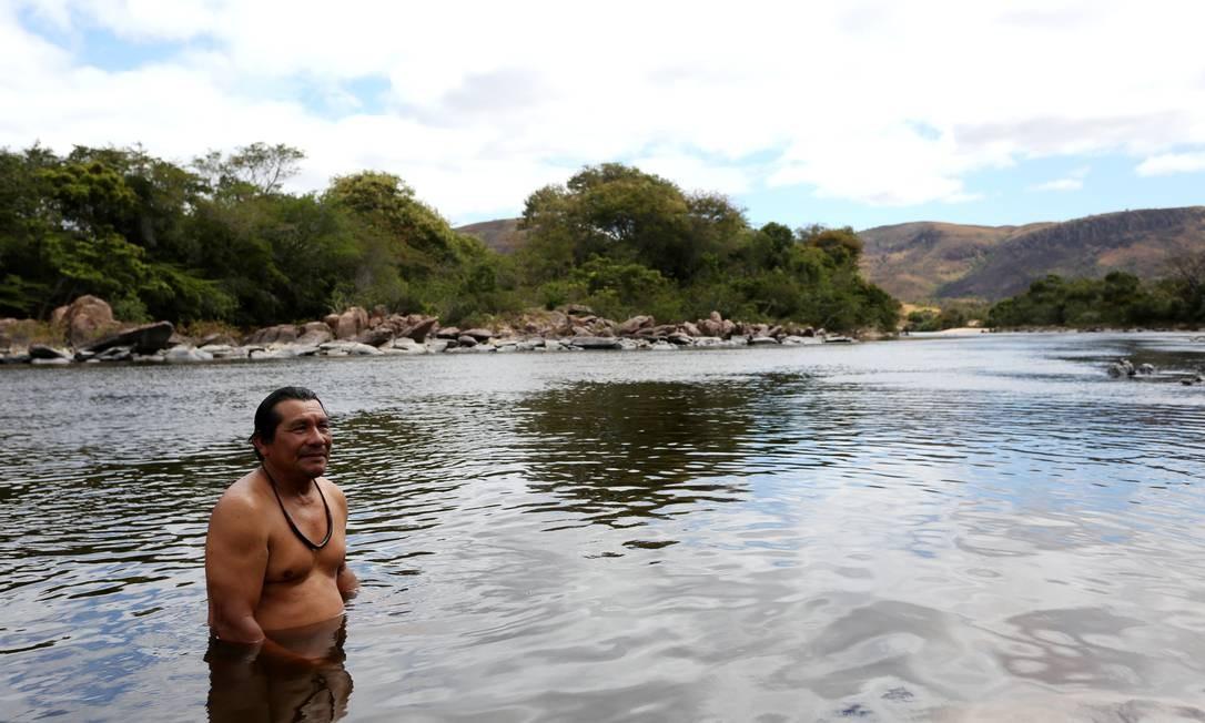 """Martinho de Souza, shaman Macuxi, no rio próximo Pa comunidade Tamanduá, na reserva Raposa do Sol: """"A natureza é nossa vida, nosso sangue e espírito, porque nos dá o sustento. Nós nascemos nessa terra, nós vivemos aqui e vamos morrer aqui"""" Foto: BRUNO KELLY / REUTERS"""