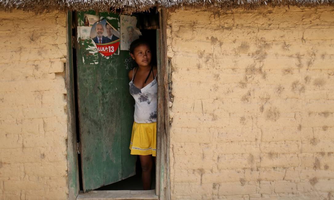 Sideneia Francisco de Lima, 15, indígena Macuxi, na porta de sua casa, na comunidade Tamanduá, na reserva Raposa Serra do Sol, em Roraima Foto: BRUNO KELLY / REUTERS