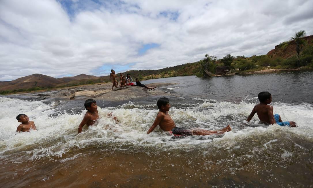 Crianças Macuxi brincal no rio Uailan, na comunidade Uailan, que fica na reserva Raposa Serra do Sol Foto: BRUNO KELLY / REUTERS