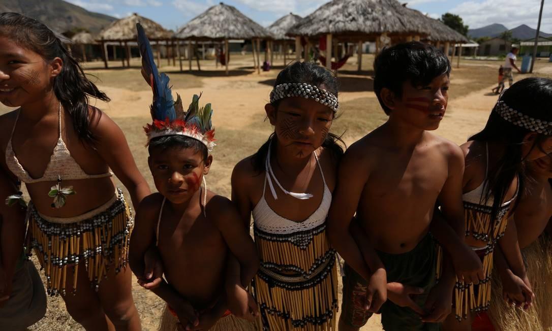 Crianças Macuxi dançam durante cerimônia na comunidade Maturuca, na reserva Raposa Serra do Sol Foto: BRUNO KELLY / REUTERS