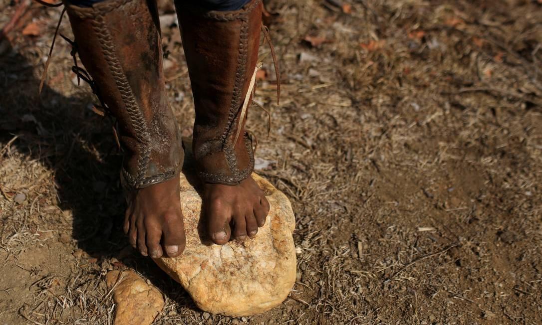 Um vaqueiro indígena Macuxi se equilibra sobre uma pedra na comunidade Maturuca, na reserva Raposa Serra do Sol Foto: BRUNO KELLY / REUTERS