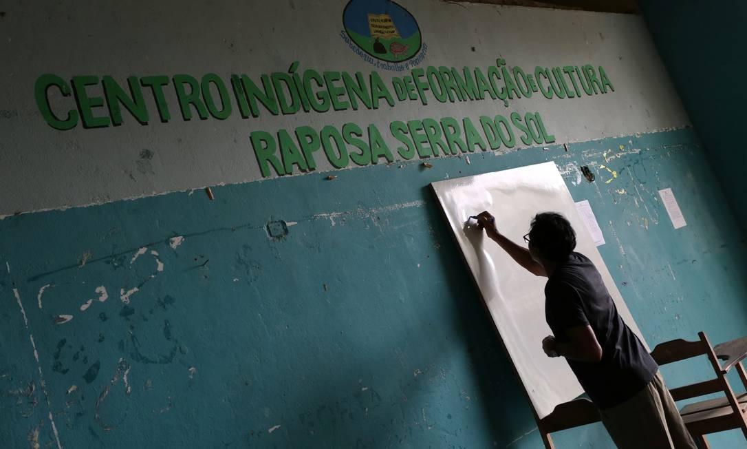Uma professora escreve no quadro em um centro cultural da comunidade Surumu, na reserva Raposa Serra do Sol Foto: BRUNO KELLY / REUTERS