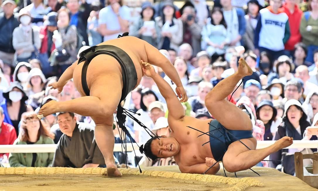 """Lutadores de sumô participam da """"honozumo"""", uma tradicional cerimônia da arte marcial japonesa, realizada em Tóquio Foto: CHARLY TRIBALLEAU / AFP"""