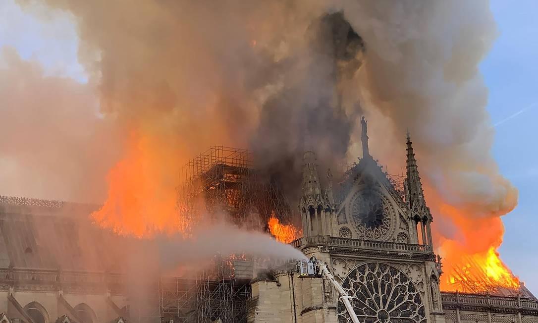 Chamas e fumaça no topo das torres da Catedral de Notre-Dame, em Paris. Segundo os bombeiros parisienses, o incêndio pode estar relacionado a trabalhos de restauração que estavam sendo feitos no edifício gótico — o monumento histórico mais visitado na Europa Foto: PATRICK ANIDJAR / AFP