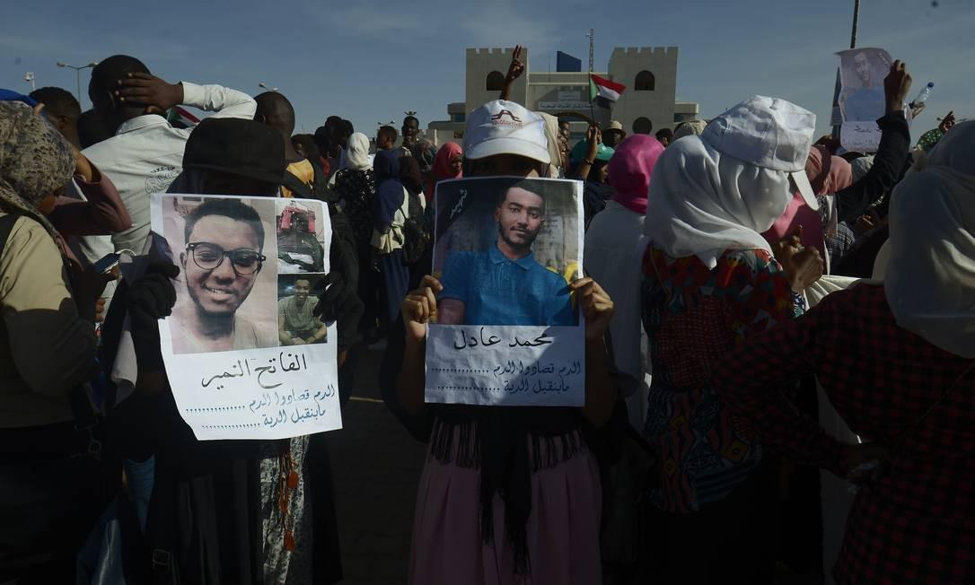 Sudaneses protestam contra morte de manifestantes em confrontos com forças de segurança. Organizadores exigem que o novo conselho militar do país seja descartado, enquanto pedem um governo civil. Milhares foram às ruas do Sudão para pedir um novo governo civil após a renúncia de Omar al-Bashir, na semana passada Foto: MOHAMMED HEMMEAIDA / AFP