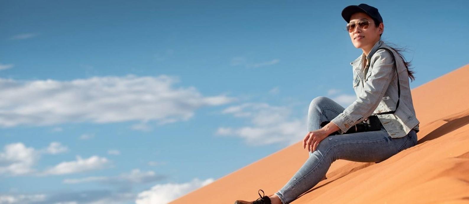 Roupas que cubram a maior parte do corpo são essenciais para minimizar os efeitos do sol forte das áreas desérticas Foto: Fotolia