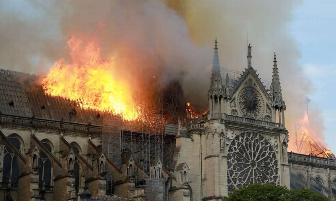 Catedral de Notre-Dame, em Paris, pega fogo na manhã desta segunda-feira Foto: Pierre Suu / Getty Images