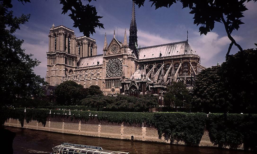 Vista da catedral de Notre-Dame pelo Rio Sena, em 1970 Foto: Bill Ray / The LIFE Picture Collection/Gett