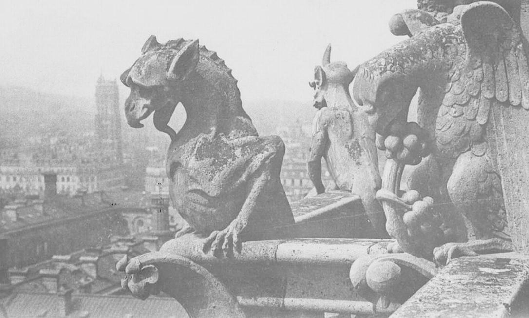 As gárgulas empoleiradas na catedral se tornaram um dos maiores símbolos de Notre-Dame Foto: General Photographic Agency / Getty Images
