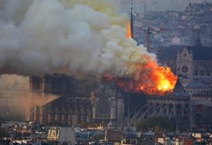 Um grande incêndio irrompeu na Catedral de Notre Dame, no centro de Paris, enviando chamas e enormes nuvens de fumaça cinzenta para o céu. Segundo o serviço de bombeiros, o incêndio está provavelmente relacionado com as reformas que estavam acontecendo dentro da igreja Foto: HUBERT HITIER / AFP