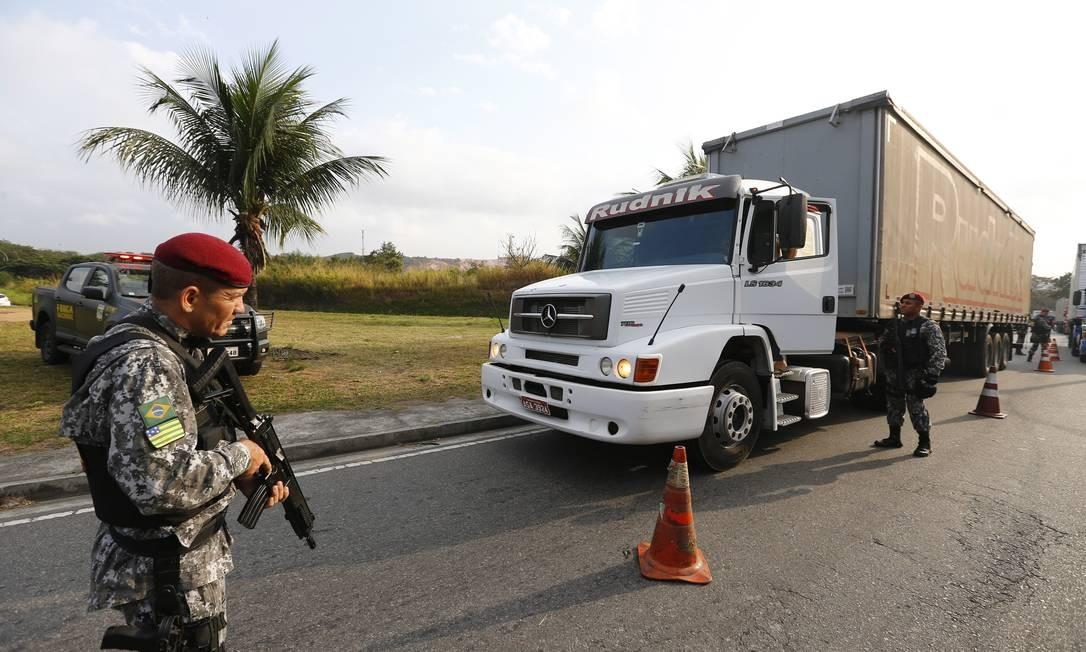 Agentes da Força Nacional de Segurança em operação contra roubo de cargas na saída da Via Dutra para a Pavuna 10/08/2017 Foto: Pablo Jacob / Agência O Globo
