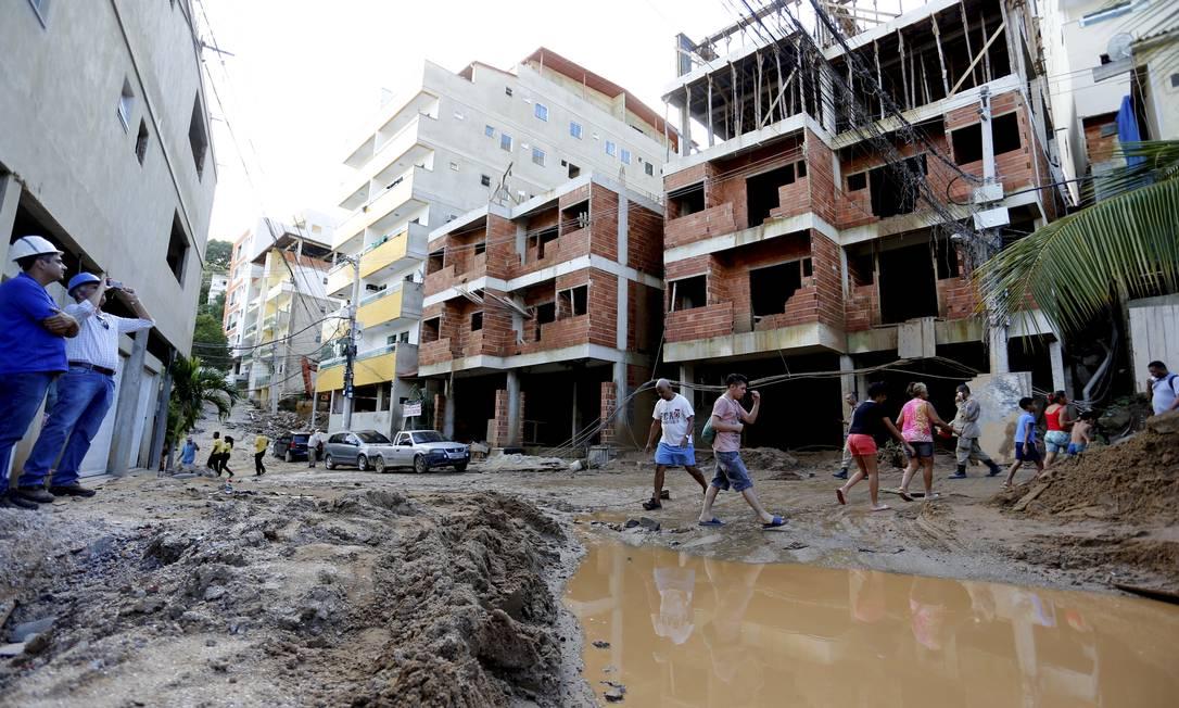 Expansão desenfreada de obras ilegais na Muzema; solo é instável e região fica próxima a encostas Foto: Marcelo Theobald / Agência O Globo