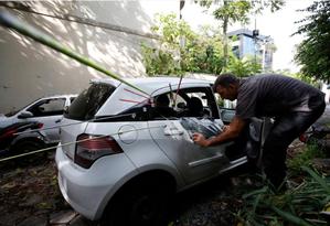 Investigação: perito da Polícia Civil analisa o carro em que Marielle foi baleada no ano passado Foto: Pablo Jacob / Agência O GLOBO