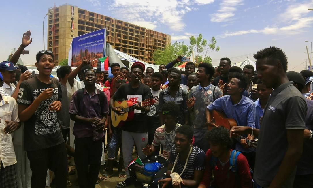 Manifestantes sudaneses se reúnem durante um comício na área da sede militar na capital, Cartum. Manifestantes no Sudão endureceram sua posição hoje pedindo a dissolução do Conselho Militar de transição para substituí-lo imediatamente por um poder civil Foto: ASHRAF SHAZLY / AFP