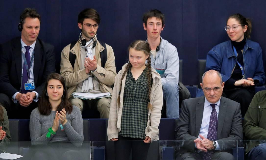 A ativista ambiental sueca Greta Thunberg se destaca ao ser aplaudida pelos membros do Parlamento Europeu durante uma sessão de votação em Estrasburgo, França Foto: VINCENT KESSLER / REUTERS