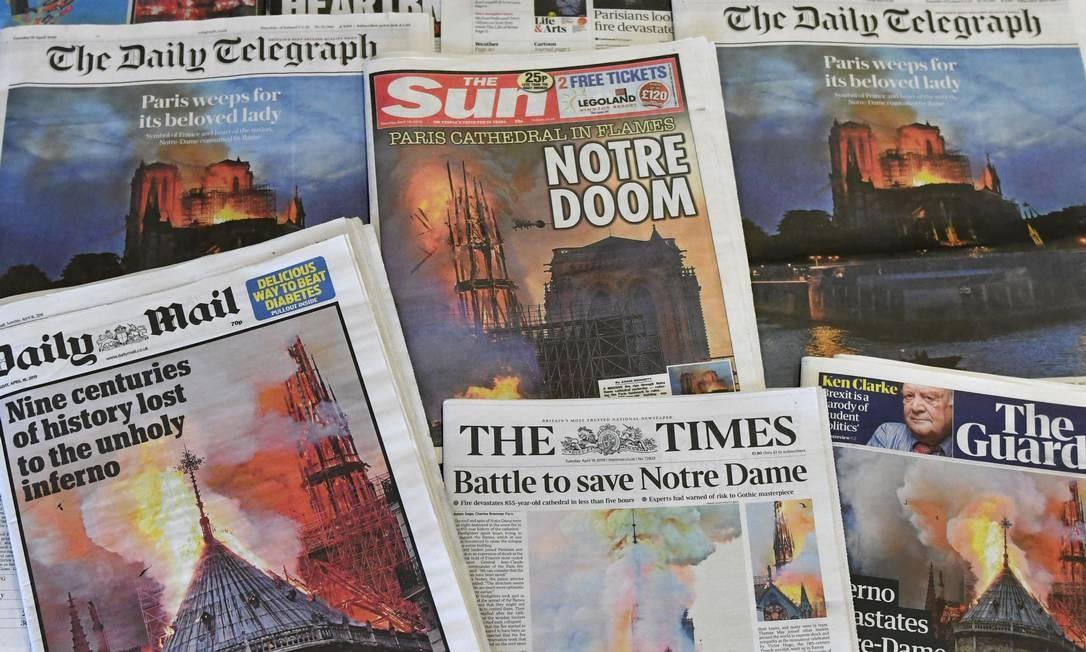 Principais jornais do mundo estampam em suas primeiras páginas, nesta terça-feira (16), o enorme incêndio que destruiu, ontem, parte da catedral de Notre-Dame, em Paris Foto: BEN FATHERS / AFP
