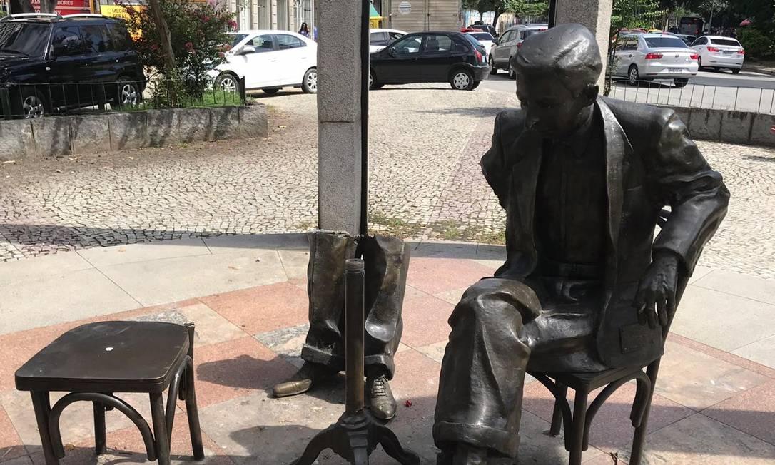 A estátua do compositor Noel Rosa ficou sem braço em Vila Isabel; do garçom, só restaram as pernas Foto: Amanda Pinheiro / Agência O Globo
