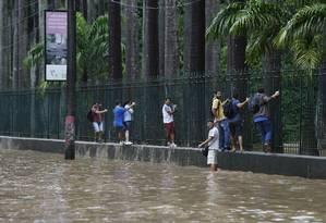 Funcionários tiveram dificuldades para chegar ao trabalho Foto: Pablo Jacob / Agência O Globo