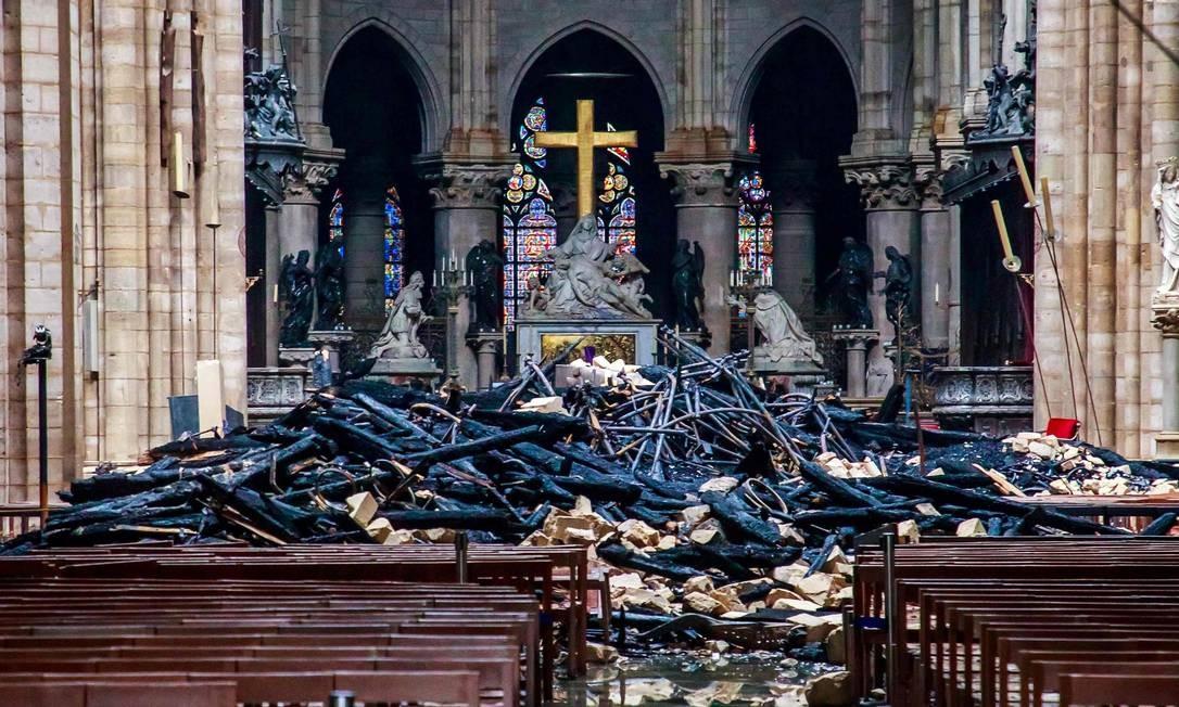 Imagem mostra proporção do estrago causado pelo incêncio no interior da Catedral Notre-Dame. Bilionários franceses, empresas e setor público estão se unindo para ajudar a reconstruir a catedral de Notre-Dame. Doações já chegam a quase 700 milhões de euros, o que equivale a mais de R$ 3 bilhões Foto: CHRISTOPHE PETIT TESSON / AFP