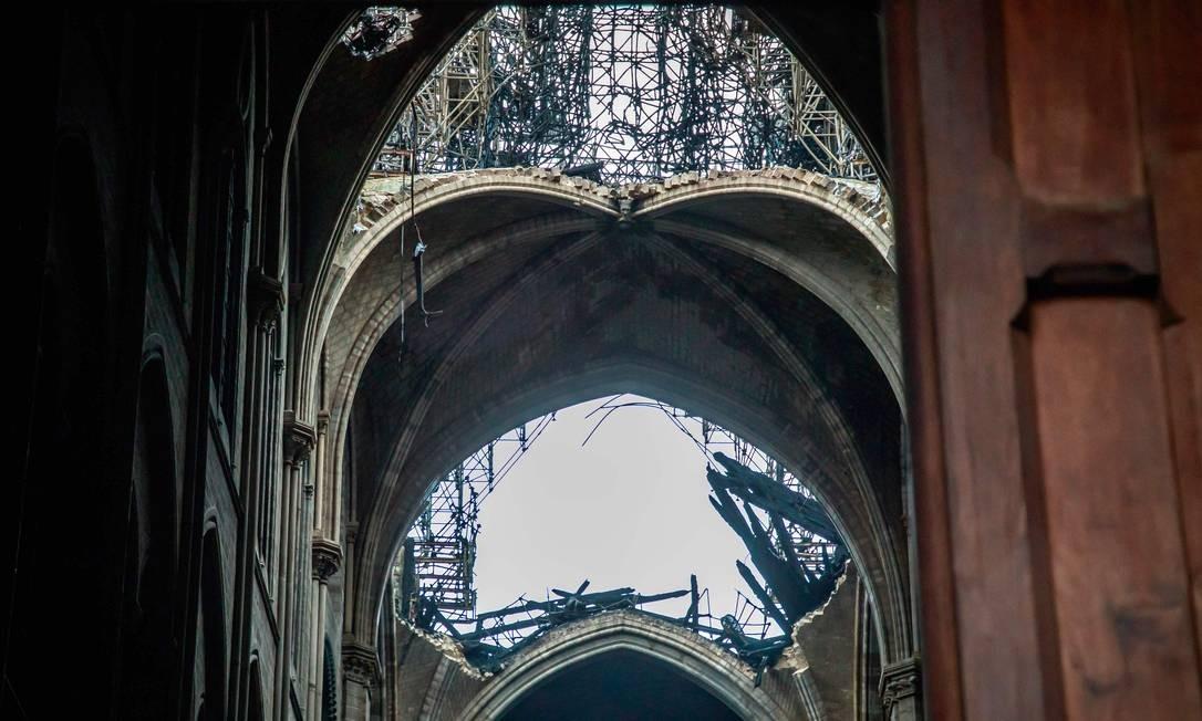 O telhado danificado da Catedral histórica de Paris Foto: CHRISTOPHE PETIT TESSON / AFP