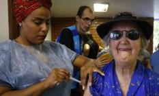 Idosa toma vacina contra a gripe em 24/04/2018 Foto: Pablo Jacob / Agência O Globo