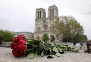 Rosas deixadas em homenagem à Catedral de Notre-Dame, em Paris, após incêndio Foto: LUDOVIC MARIN / AFP