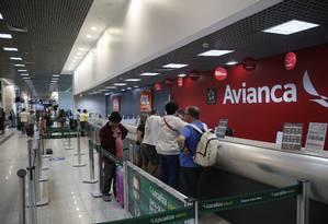Passageiros se informam sobre situação dos voos no balcão da Avianca no aeroporto Santos Dumont Foto: Fábio Guimarães / Fabio Guimarães/13-04-2019