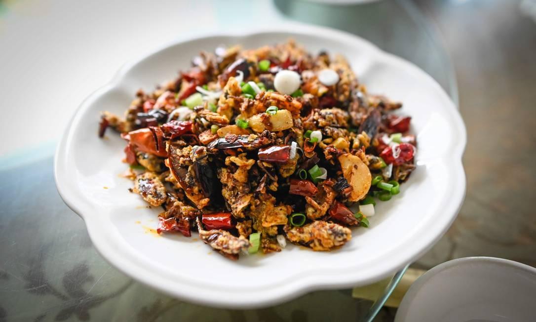 Prato de baratas servido em um restaurante em Yibin, na província chinesa de Sichuan. As baratas, que podem ser um pesadelo para muita gente, estão se revelando um lucrativo nicho de negócio para fazendeiros como Li Bingcai Foto: WANG ZHAO / AFP