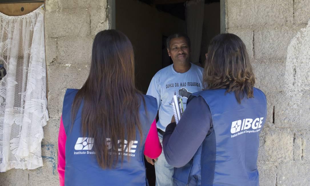 Morador Aurico Dias recebe visita do IBGE na comunidade Quilombo São Pedro, em Eldorado (SP) que será incluida pela primeira vez no Censo de 2020. Foto: Edilson Dantas / Agencia O Globo Foto: Edilson Dantas / Agência O Globo