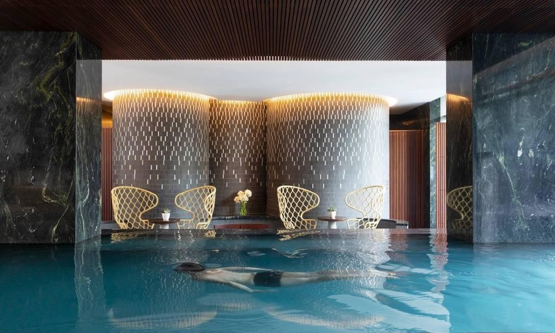 Hóspede nada na piscina do hotel Four Seasons de São Paulo, que é climatizada Foto: Divulgação