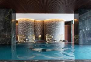 Hóspede nada na piscina do hotel Four Seasons de São Paulo, que é climatizada e tem borda infinita com vista para a cidade Foto: Divulgação