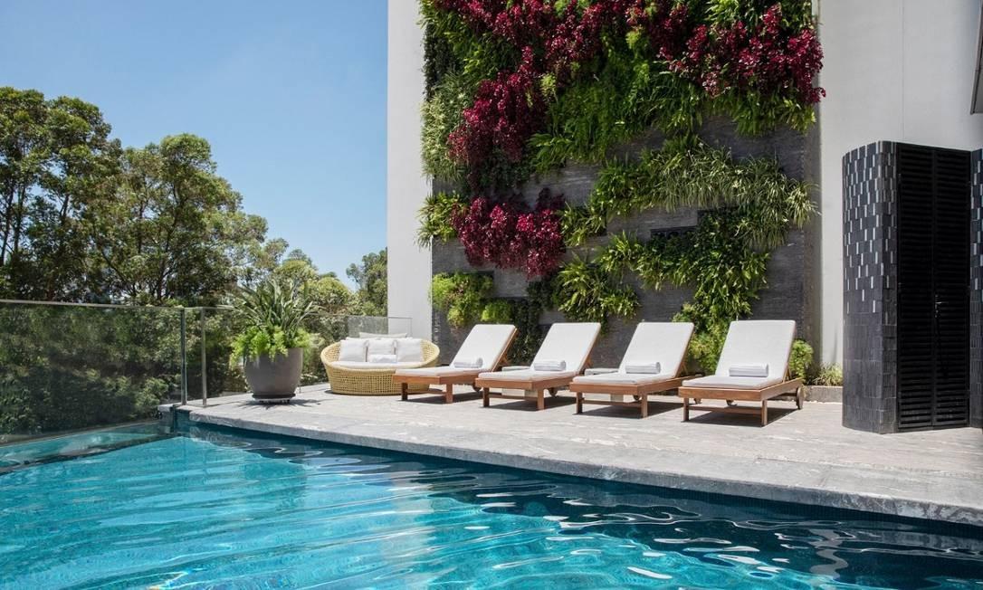 Detalhe das espreguiçadeiras da piscina do hotel Foto: Divulgação