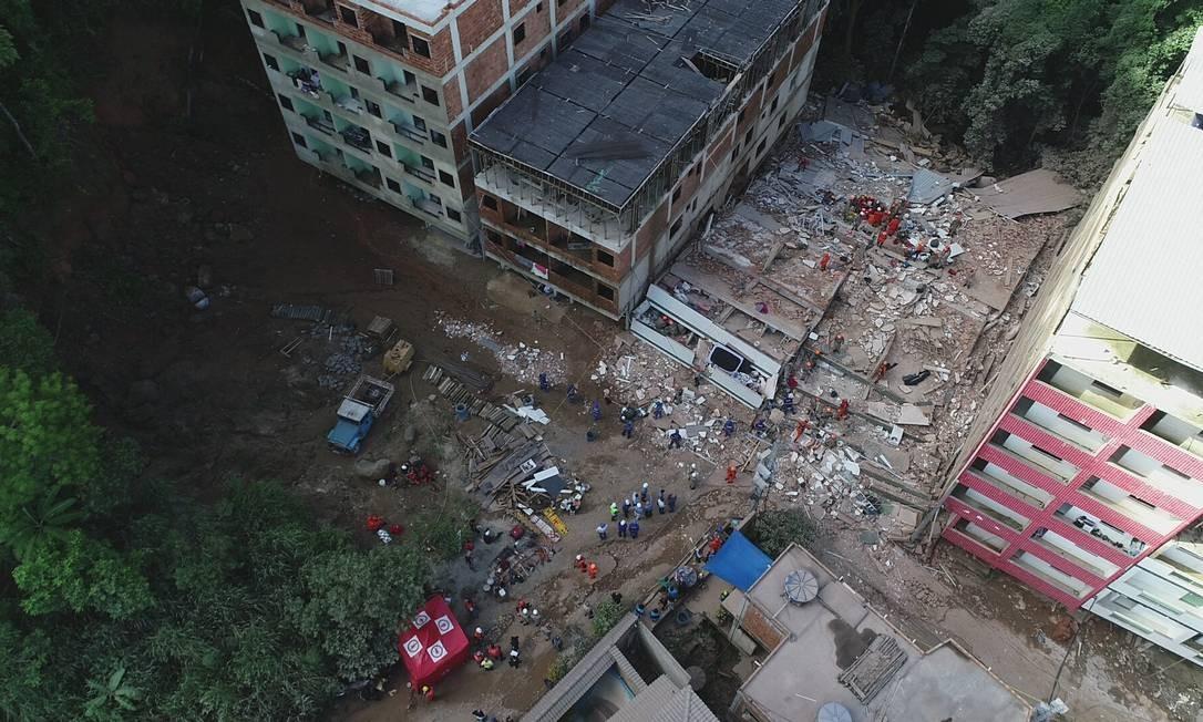 Prédios desabaram na Muzema, deixando ao menos 16 mortos; empresa é citada em ação civil que investiga o caso Foto: Renee Rocha / Agência O Globo