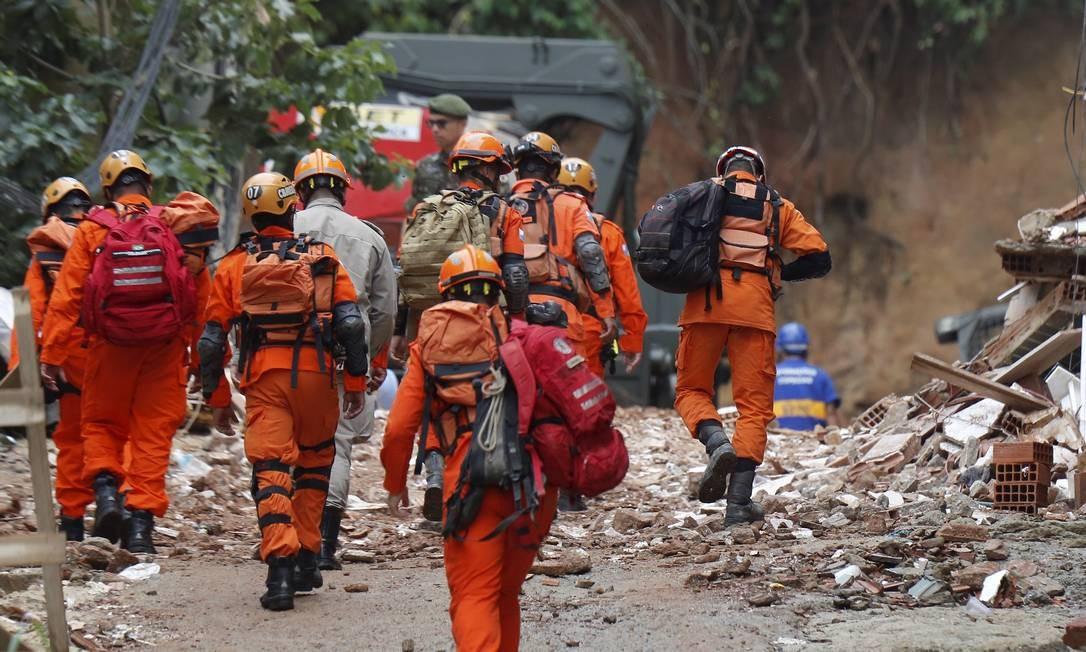 Equipes fazem buscas nos escombros de dois prédios que desabaram na comunidade da Muzema Foto: Pablo Jacob / Agência O Globo