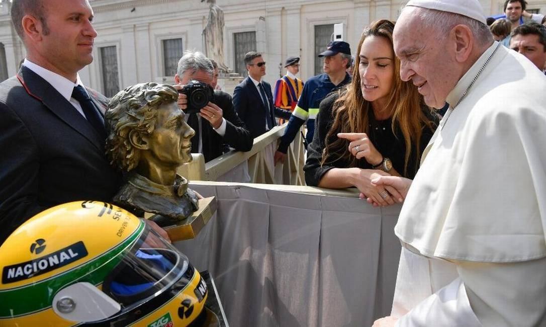 Papa Francisco recebe capacete e busto de Ayrton Senna feito por sobrinha do piloto Foto: IAS/VaticanNews/Reprodução