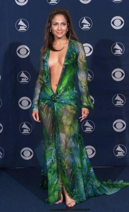 """Recém-chegada aos holofotes, Jennnifer Lopez teria """"quebrado a internet"""" se as redes sociais existissem no ano 2000. O look Versace do Grammy ainda figura como um dos mais comentados de toda a história da premição Foto: Scott Gries / Getty Images"""