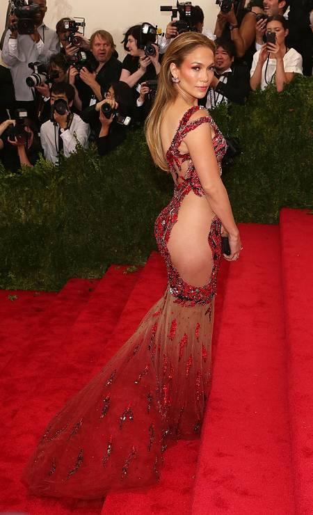 Em 2015, também de Versace (sua marca preferida), ela parou o tapete vermelho do Baile de Gala do Met Foto: Taylor Hill / FilmMagic